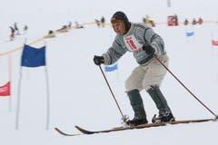 Voll Konzentration fährt Walter Bernet aus Andermatt auf alten Skis den Hang hinab. (Bild: Remo Infanger (Andermatt, 26. Januar 2019))