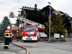 Ein Todesopfer und grossen Sachschaden hat ein Brand am Sonntagmorgen in Steffisburg verursacht. (Bild: KEYSTONE/PETER SCHNEIDER)