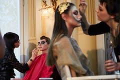 Die Models werden vor der Modeschau von Profi-Kosmetikerinnen geschminkt. (Bild: Jakob Ineichen, Luzern, 27. Januar 2019)