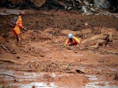 Rettungskräfte suchen nach einem Dammbruch in Brasilien in den Schlammmassen nach Überlebenden. (Bild: KEYSTONE/EPA EFE/ANTONIO LACERDA)