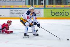 EV Zug Stürmer Reto Suri legt sich den Puck zu weit vor während dem Eishockey-Meisterschaftsspiel zwischen den SC Rapperswil-Jona Lakers und dem EV Zug in Rapperswil. (Bild: KEYSTONE/Patrick B. Kraemer)