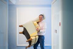 ...und räumt einen Sessel weg. Im ganzen Hotel ... (Bilder: Michel Canonica)