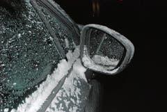 Luzern - 3. JanuarBei den vorherrschenden eisigen Temperaturen sind auf Luzerner Strassen viele «Gucklochfahrer» unterwegs. Die Luzerner Polizei erstattet Anzeigen gegen Autofahrer mit zu stark eingeschränkter Sicht. (Bild: Luzerner Polizei)