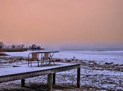 verlassene Stühle am Bodensee. (Bild: Toni Sieber)