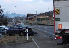 Merlischachen - 30. Januar 2019Bei einer Kollision zwischen einem Lastwagen und einem Personenauto ist am 30. Januar in Merlischachen ein Automobilist verletzt worden. (Bild: Kantonspolizei Schwyz)