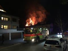 Das Holzbau-Gebäude stand beim Eintreffen der Feuerwehr in Vollbrand. (Bild: Kantonspolizei Zürich/Twitter)