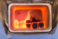 In einem Ofen, der bis zu 1200 Grad heiss wird, erhitzt Geschäftsführer Armin Adrovic die Kohlestückchen für die Wasserpfeifen. (Bilder: Hanspeter Schiess)