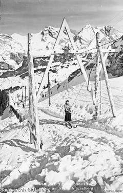 Skifahrerinnen im Gebiet Iltios-Stöfeli, Unterwasser (links, Aufnahme von 1940), und auf dem Skilift Oberdorf-Gamserrugg, Wildhaus (Aufnahme von 1951). (Bild: Staatsarchiv)
