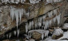 Einfach schön, jedes Jahr wieder. Eiskunstwerke beim Kraftwerk Trempel, Krummenau. (Bild: Martin Giger)