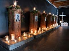 Im Gedenken an die Verstorbenen: Fotostelen und Kerzen, die Licht und Trost spenden. (Bild: KEYSTONE/PETER SCHNEIDER)