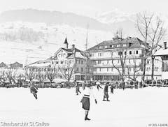 Die beliebte Eiskunstbahn vor dem Hotel Sternen in Unterwasser im Jahr 1939. (Bild: Staatsarchiv)