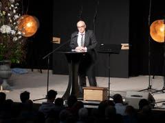 Der Berner Regierungsrat Pierre-Alain Schnegg spricht beim Abschiedsgottesdienst den Angehörigen und Freunden Trost und Kraft zu. (Bild: KEYSTONE/PETER SCHNEIDER)
