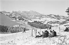 1935: Verdiente Znünipause beim Skifahren auf dem Tanzboden. (Bild: Staatsarchiv)