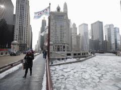In Chicago sanken die Temperaturen auf minus 30 Grad. (Bild: Keystone/EPA/KAMIL KRZACZYNSKI)