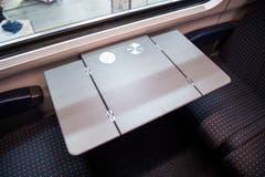 Neue Tische im ersten rundum erneuerten IC2000-Intercity-Zug, präsentiert von der SBB am Donnerstag, 31. Januar 2019 in Olten. (Bild: Keystone/Adrien Perritaz)
