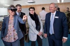 Auch die Nidwaldner Sicherheitsdirektorin Karin Kayser-Frutschi liess es sich nicht nehmen, die VR-Brille zu testen.
