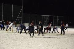 Vor dem Spielzug: Die Defensive in den dunklen Trikots versucht, sich anhand der Formation der Offensive richtig zu positionieren.