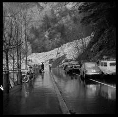 Ganz in der Nähe von Riemenstalden lösten sich am Buggigrat auf rund 1700 Metern über Meer die Schneemassen und ergossen sich – vermengt mit Holz und Steinen – durch das Buggital auf die darunterliegende Axenstrasse. (Bild: Staatsarchiv Uri, Fotoarchiv Aschwanden)