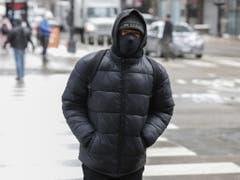 Bewohner von Chicago schützten ihre Gesichter mit Skimasken. (Bild: Keystone/EPA/KAMIL KRZACZYNSKI)