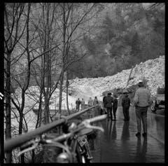 Nach dem Lawinenniedergang auf die Axenstrasse wird der Schnee mit schwerem Gerät weggeräumt. Die Lawine überdeckte die Strasse, riss Geländer und Brüstung weg und versperrte den Eingang zum Strassentunnel. Die Bilder entstanden in den 1960er-Jahren. (Bild: Staatsarchiv Uri, Fotoarchiv Aschwanden)
