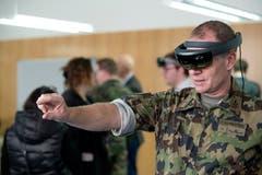 Zentralschule-Kommandant Brigadier Peter Baumgartner mit der VR-Brille.