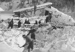 Arbeiter graben nach einem Lawinenunglück auf dem Urnerboden im Dezember 1940 die Gebäude frei. (Bild: Photopress/ Staatsarchiv Luzern PA 1374/860)
