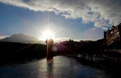 Luzern, Reuss und Pilatus im extremen, sich am Wasserturmdach brechenden Gegenlicht der untergehenden Sonne. (Bild: Heinz Schürmann (Luzern, 3. Januar 2019))