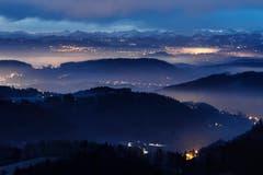 Blick auf die schlafende Ostschweiz an einem nebligen Morgen, von Schauenberg aus. (Bild: Remo Schläpfer)