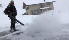 Spiringen. Zum Wegräumen des Pulverschnees auf dem Garagenvorplatz eignet sich der Laubbläser auch! (Bild: Franz Imholz (Spiringen, 5. Januar 2019))
