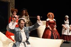 Die Theatertruppe Momänt & Co. spielt auf der Bühne im Theater Uri Molières Komödie «Le Malade imaginaire». Argan, der eingebildete Kranke, (Guido Infanger) steht dabei im Mittelpunkt. (Bild: Hans Schneckenburger, Altdorf, 3. Januar 2019)
