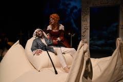 Die Theatertruppe Momänt & Co. spielt auf der Bühne im Theater Uri Molières Komödie «Le Malade imaginaire». Argan (Guido Infanger) zusammen mit seiner Schwester (Beatrice Gasser) (Bild: Hans Schneckenburger, Altdorf, 3. Januar 2019)
