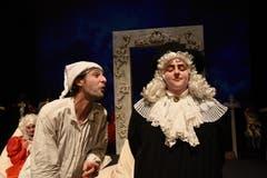 Die Theatertruppe Momänt & Co. spielt auf der Bühne im Theater Uri Molières Komödie «Le Malade imaginaire». Argan (Guido Infanger) mit Notar De Bonnefoy (Corinne Gnos) (Bild: Hans Schneckenburger, Altdorf, 3. Januar 2019)