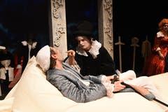 Die Theatertruppe Momänt & Co. spielt auf der Bühne im Theater Uri Molières Komödie «Le Malade imaginaire». (Bild: Hans Schneckenburger, Altdorf, 3. Januar 2019)