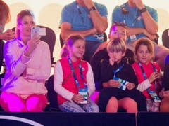 Mirka Federer (links) und die vier Kinder Myla Rose, Charlene Riva, Lenny und Leo Federer im Januar 2018 in Melbourne (Bild: KEYSTONE/EPA TENNIS AUSTRALIA/FIONA HAMILTON)