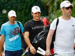 Roger Federer mit seinen Coaches Severin Lüthi (vorne) und Ivan Ljubicic (Bild: KEYSTONE/PETER KLAUNZER)