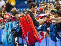 Roger Federer schreibt nach dem Sieg beim Hopman Cup Autogramme (Bild: KEYSTONE/EPA AAP/TONY MCDONOUGH)