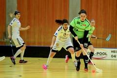 Laupens Sabrina Aerne behauptet den Ball gegen Fabienne Riner. (Bild: Maria Schmid (Zug, 6. Januar 2019 ))