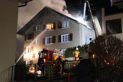 Am Montagabend ist in einem Mehrfamilienhaus an der Höhenstrasse in Flüelen ein Feuer ausgebrochen. (Bild: Philipp Zurfluh, 7. Januar 2019)