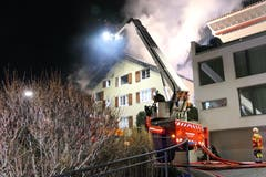 Auch eine Drehleiter kam zum Einsatz. Teilweise musste das Dach entfernt werden, um den hartnäckigen Brand bekämpfen zu können. (Bild: Philipp Zurfluh, 7. Januar 2019)