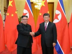 Kim Jong Un (links) halte sich bis Donnerstag auf Einladung von Chinas Präsident Xi Jinping (rechts) im Nachbarland auf, teilte die Nachrichtenagentur KCNA am Dienstag mit. (Bild: KEYSTONE/AP XinHua/JU PENG)