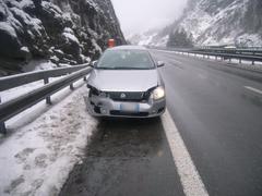 Gurtnellen - 8. JanuarEin Autofahrer ist auf der A2 auf der schneebedeckten Fahrbahn ins Schleudern geraten und gegen die Leitplanke geknallt. Verletzt wurde niemand.