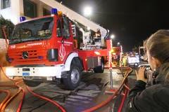 Rund 50 Einsatzkräfte der Feuerwehren Flüelen und Altdorf standen im Einsatz. (Bild: Philipp Zurfluh, 7. Januar 2019)