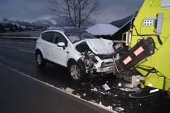 Oberägeri - 7. JanuarEin 11-jähriger Bub hat einen Schneeballen gegen einen Güsellastwagen geworfen und löste in der Folge einen Verkehrsunfall aus. Der Lastwagenchauffeur trat stark auf die Bremse, sodass ein nachfolgender Autofahrer nicht rechtzeitig bremsen konnte. Verletzt wurde niemand.