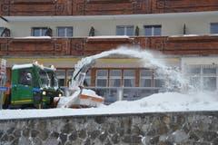 Einer der Vertragsunternehmer beim Schneeschleudern im Wildhauser Zentrum. (Bild: Adi Lippuner)