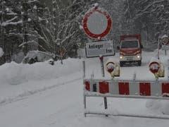 Ein Feuerwehrfahrzeug fährt in Bayern auf der Forststrasse, die die tief eingeschneite Gemeinde Jachenau bei Bad Tölz derzeit mit der Aussenwelt verbindet. (Bild: Keystone/DPA/ANGELIKA WARMUTH)
