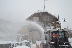 Bei anhaltenden Schneefällen sind in der Gemeinde Wildhaus-Alt St. Johann alle verfügbaren Geräte im Einsatz. (Bild: Adi Lippuner)