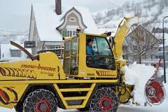 Werner Bleiker ist mit der Schneeschleuder unterwegs.(Bild: Adi Lippuner)