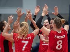 Die Schweizer Volleyballerinnen haben allen Grund, in Jubel auszubrechen (Bild: KEYSTONE/GEORGIOS KEFALAS)