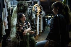 Hat Caviezels Frau ein Alibi? Im Bild: Andrea Stockhausen-Bürgin als Gisela Caviezel, Barbara Terpoorten als Anna-Maria Giovanoli. (Bild: SRF/Sava Hlavacek)