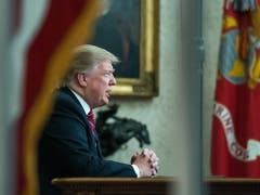 US-Präsident Donald Trump hielt am Dienstag im Oval Office im Weissen Haus in Washington eine Rede an die Nation. (Bild: KEYSTONE/EPA UPI POOL/KEVIN DIETSCH / POOL)